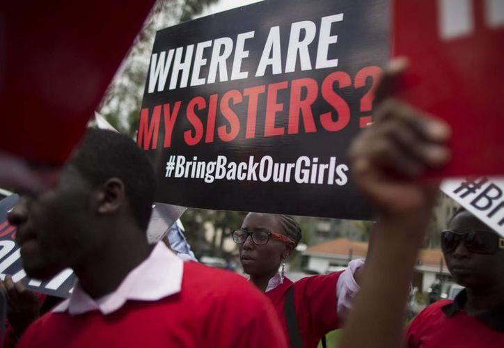 Activistas kenianos corean consignas durante una manifestación contra el secuestro de alumnas nigerianas por parte del grupo islamista Boko Haram. (EFE/Archivo)