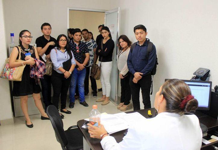 Alumnos de Derecho de la Uady visitaron el Centro de Justicia para las Mujeres, en Mérida. Buscan reforzar, en la práctica diaria, sus conocimientos teóricos. (Cortesía)