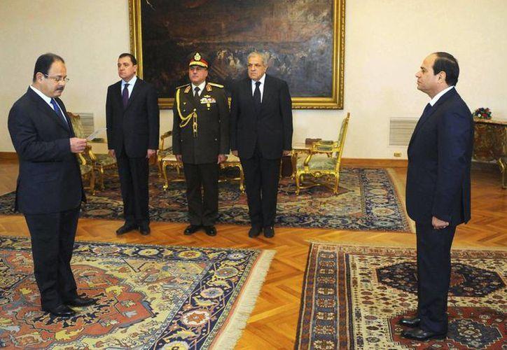 Fotografía facilitada por la Presidencia egipcia que muestra al nuevo ministro del Interior egipcio, Magdi Abdelgafar (i), jurando su cargo ante el presidente de Egipto, Abdelfatah al Sisi (d), en El Cairo, Egipto. (EFE)
