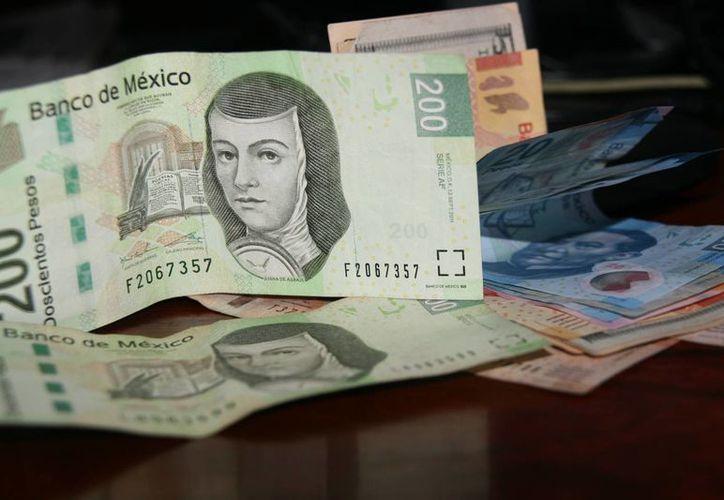 Los billetes apócrifos pueden ser detectados por la calidad del papel y otras medidas de seguridad establecidas por autoridades. (Irving Canul/SIPSE)