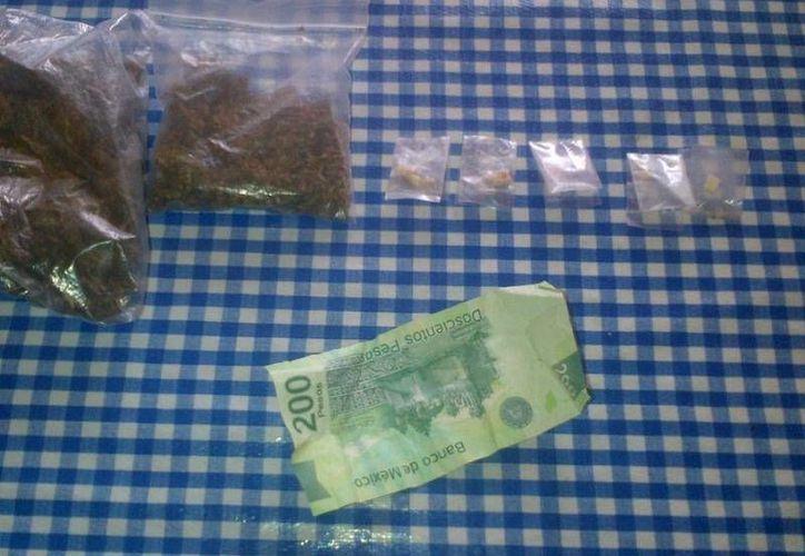 El lunes por la noche la policía capturó, en diferentes puntos de la ciudad, a cinco jóvenes menores de edad que tenían varias dosis de droga.  (Rossy López/SIPSE)