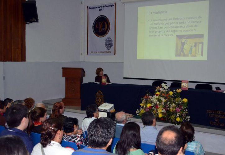 """María Rosado y Rosado presentó su obra en el Auditorio """"Víctor M. Castillo"""" de la Facultad de Psicología de la UADY. (Theani Ruz)"""