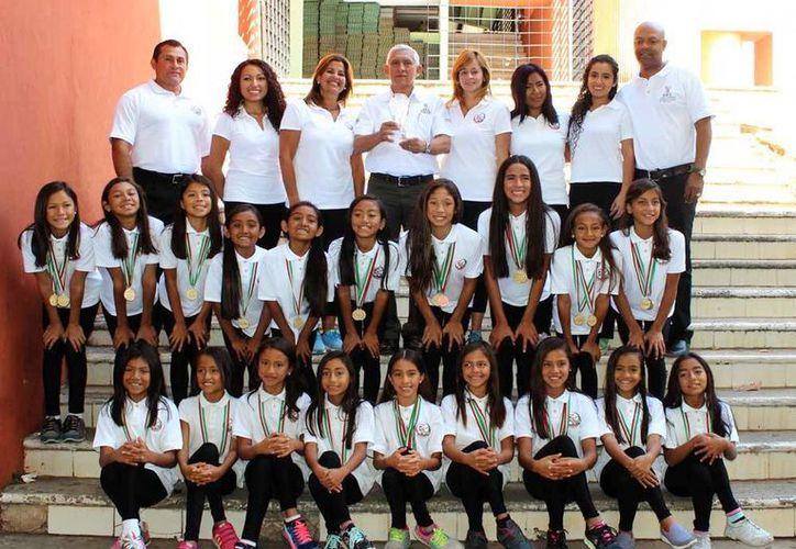Las niñas y jovencitas nadadoras posaron orgullosas con su trofeo y medallas. (Milenio Novedades)