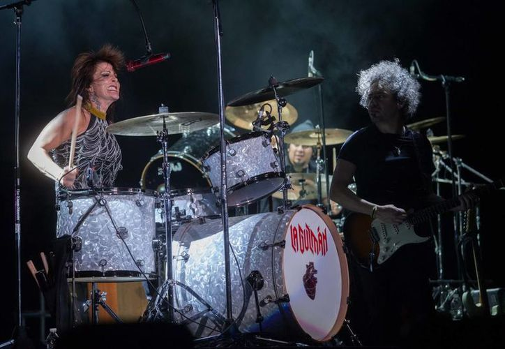'La Reina de Corazones' demostró que es buena para la 'bataca' al tocar al batería durante la interpretación de 'La Plaga', en su concierto del viernes por la noche. (Notimex)