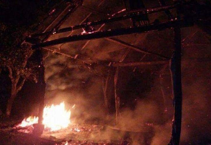El fuego comenzó minutos antes de la medianoche del domingo. (Foto: Redacción/SIPSE)