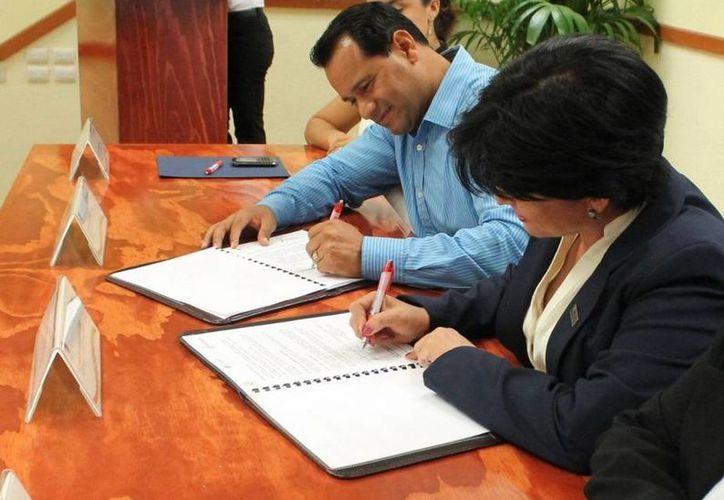 Gaspar Armando García, procurador general de Justicia del Estado y María de Lourdes Morales Ayala, directora de la Unid Chetumal-Cancún. (Redacción/SIPSE)