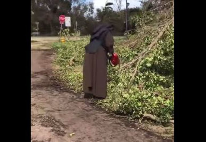 La monja tenía guardada la motosierra y decidió sacarla al ver las condiciones del camino. (Foto: YouTube)