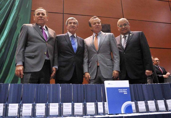 Juan Portal Martínez (2do de i a d), titular de la Auditoría Superior de la Federación, declaró que Yucatán subió un peldaño en cuanto al Índice de Desempeño del Gasto Federalizado. (Foto cortesía del Gobierno de Yucatán)