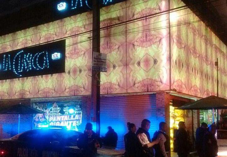 Imagen del lugar donde unos desconocidos balearon la entrada de la discoteca llamada La Clásica,  en el municipio de Nezahualcóyotl. (Rodolfo Dorantes/Excelsior)