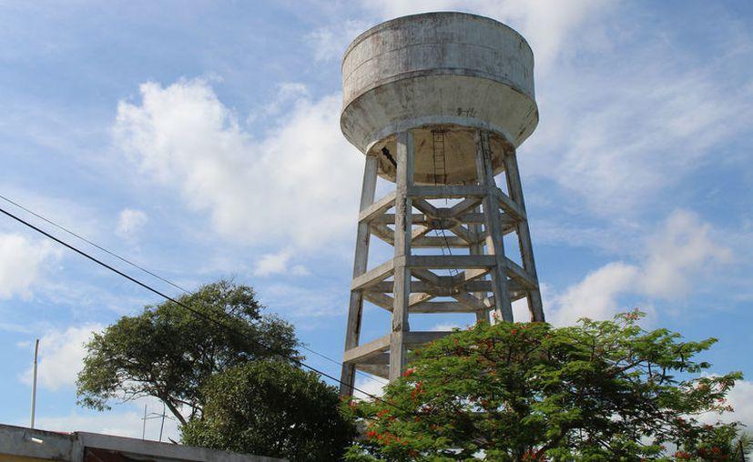 El contenedor en abandono representa un peligro para los vecinos . (Novedades Yucatán)