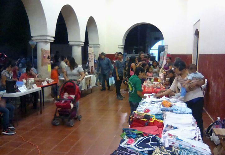 La población carrilloportense se dio cita en la Casa de la Cultura para disfrutar cada una de las actividades y productos. (Jesús Caamal/SIPSE)