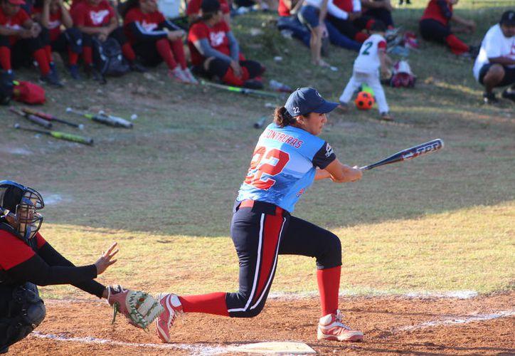 Las Caribeñas de Chetumal vencieron a las Guerreras de Álvaro Obregón, durante el partido inaugural de la Liga de Softbol Femenil.  (Miguel Maldonado/SIPSE)