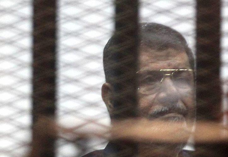 Fotografía de archivo tomada el 16 de mayo de 2015 que muestra al expresidente egipcio, Mohamed Mursi, en el interior de una celda durante su juicio en un tribunal de El Cairo. (Archivo/EFE)