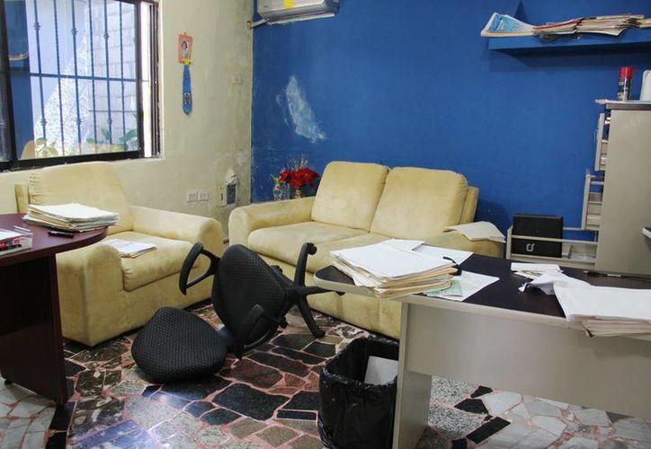 Al llegar a sus oficinas, el dueño de la notaría pudo corroborar que los ladrones destruyeron el lugar. (SIPSE/ A. Pallota)