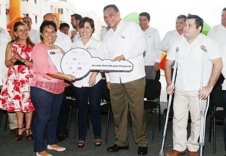 Imagen de la entrega de vivienda a personas con discapacidad por parte del gobernador del Estado, Rolando Zapata Bello. (Milenio Novedades)