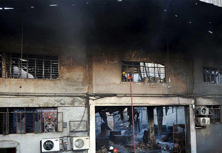 Los equipos de rescate aún no revisan la totalidad de las instalaciones. Imagen de la fábrica luego del incendio. (Excelsior)