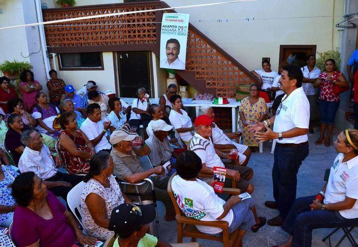 Agapito Magaña se reunió con personas de la tercera edad. (Lanrry Parra/SIPSE)