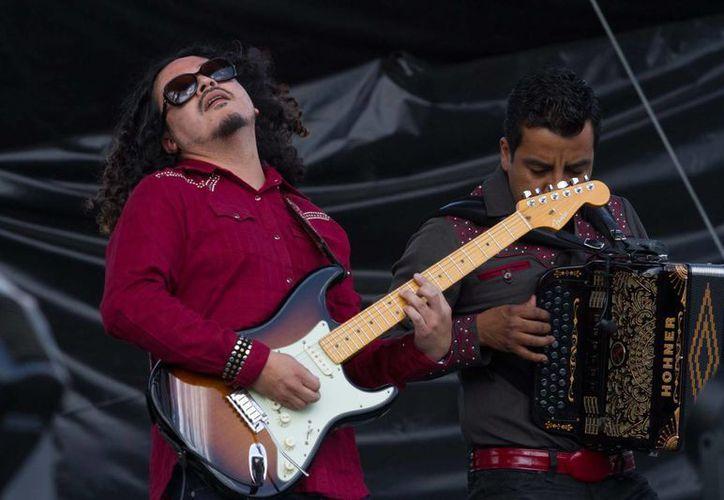 La Santa Cecilia fue una de las bandas que abrió esta tarde el Vive Latino 2014. (Notimex)