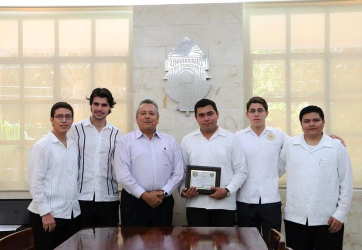 Autoridades y estudiantes de la facultad con el reconocimiento internacional. (Milenio Novedades)