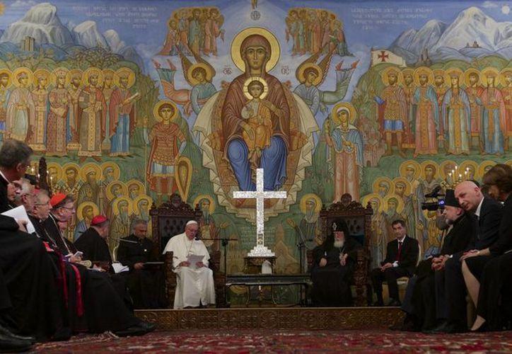 El Papa aprovechó su estancia en Georgia para encontrarse con iglesias cristianas que están separadas de la católica. (AP/Ivan Sekretarev)