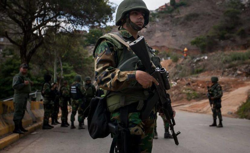 Cuatro detenidos por el Servicio Bolivariano de Inteligencia Nacional (Sebin), debido a un supuesto plan golpista, serán imputados por delitos previstos en la justicia militar, entre ellos el de traición a la patria. (EFE/Archivo)