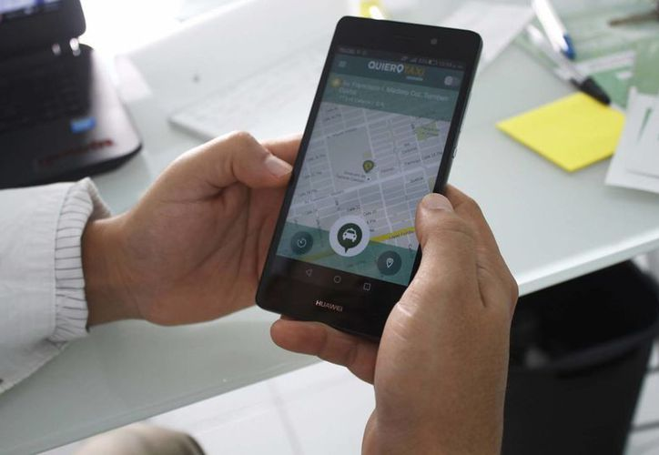 Las actualizaciones facilitarán la comunicación entre el usuario y el operador del taxi. (Yajahira Valtierra/SIPSE)