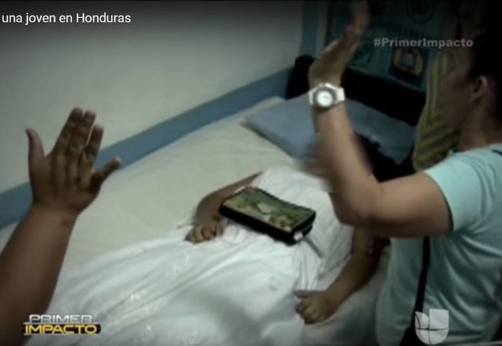 Tras exhumar el cuerpo de Nelsy, los médicos solamente pudieron confirmar que estaba muerta... quizá por segunda vez. (Captura de pantalla/YouTube)
