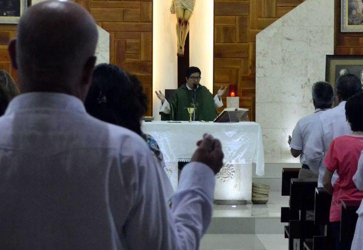Durante su homilía, el presbítero Jorge Martínez Ruz pidió a los feligreses abrir más espacios de conviviencia  familiar. (Daniel  Sandoval/SIPSE)