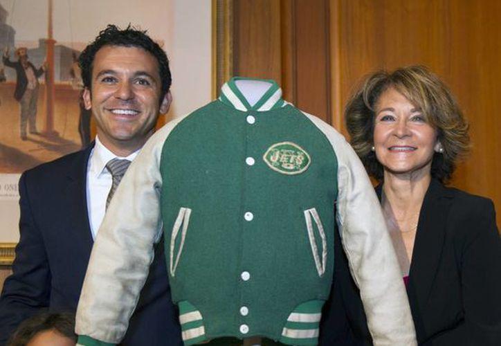 Fred Savage, protagonista del la popular serie 'Los Años Maravillosos', junto a la chaqueta verde con la que se hizo famoso. (AP)