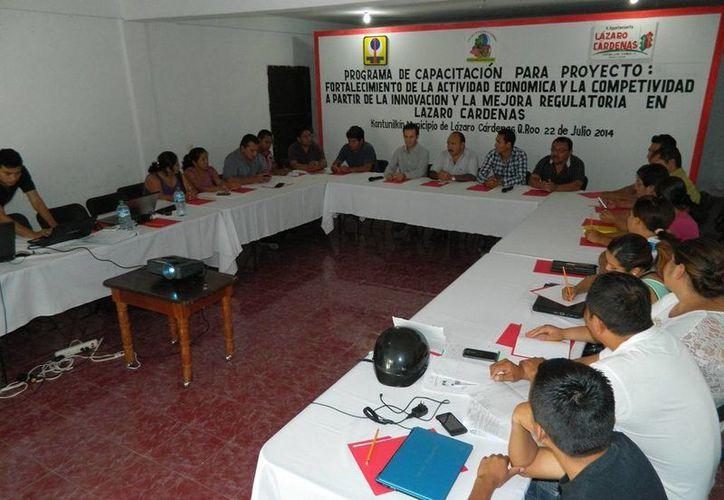 El taller se imparte en la sala de juntas del Sindicato de Taxistas. (Raúl Balam/SIPSE)