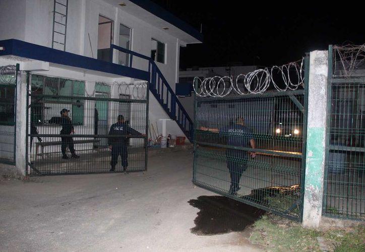El personal de servicios periciales se mantuvo en el interior del centro penitenciario por varias horas para finalmente salir poco antes de las 5 de la madrugada de este jueves, con el cuerpo del occiso (Redacción/SIPSE)