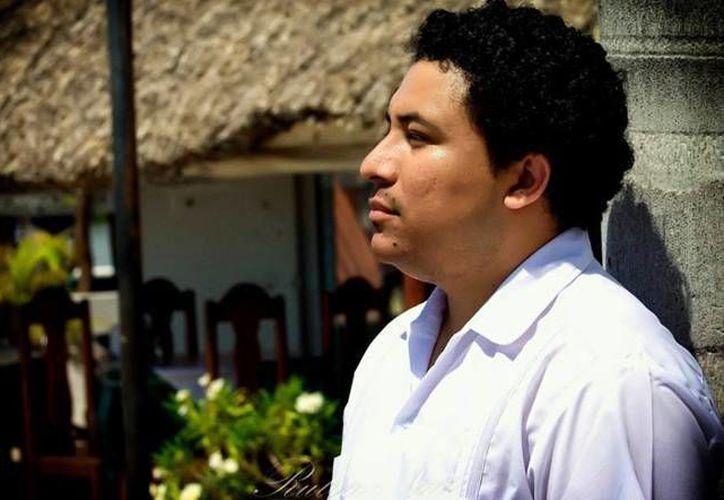 El escritor Manuel Iris se considera hijo de la UADY, pues durante su estancia en esta casa de estudios logró sus primeros pasos como creador. Ahora su poesía ha traspasado fronteras. (Facebook/ Manuel Iris)