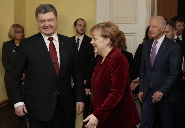 El presidente ucraniano, Petro Poroshenko y la canciller alemana, Angela Merkel llegan a una reunión durante la Conferencia de Seguridad de Munich. (Agencias)