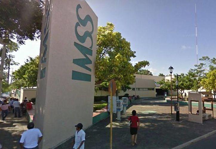 Una niña que fue atropellada ayer por un camión lucha por sobrevivir en una clínica del IMSS de Cancún. (Redacción/SIPSE)