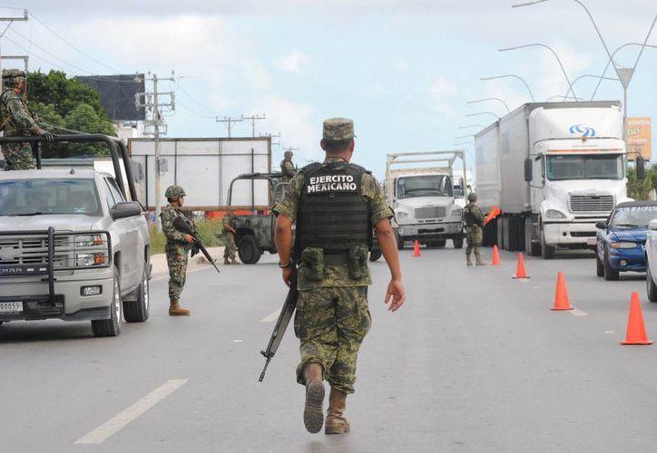 Las autoridades revisaron vehículos sospechosos en el retén. (Eric Galindo/SIPSE)