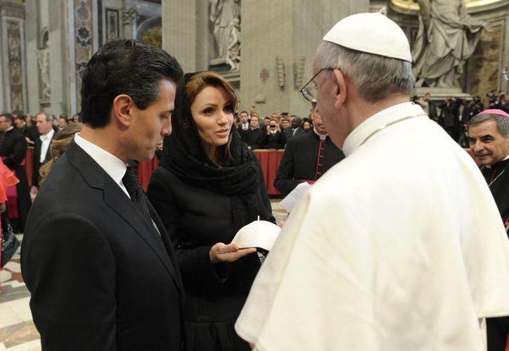 Enrique Peña Nieto y su esposa, Angélica Rivera, saludan al Papa Francisco, en el Vaticano. (Cortesía)