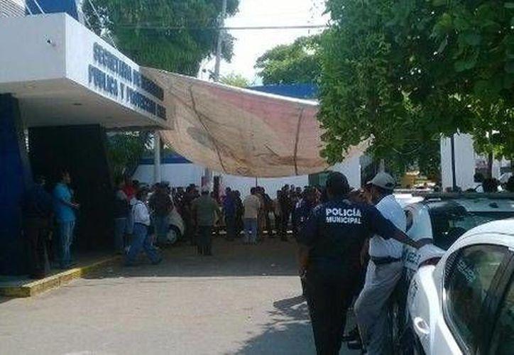 Nueva protesta de policías en Acapulco. El alcalde dice que quienes no pasen los examenes serán expulsados de forma inmediata. (Milenio)