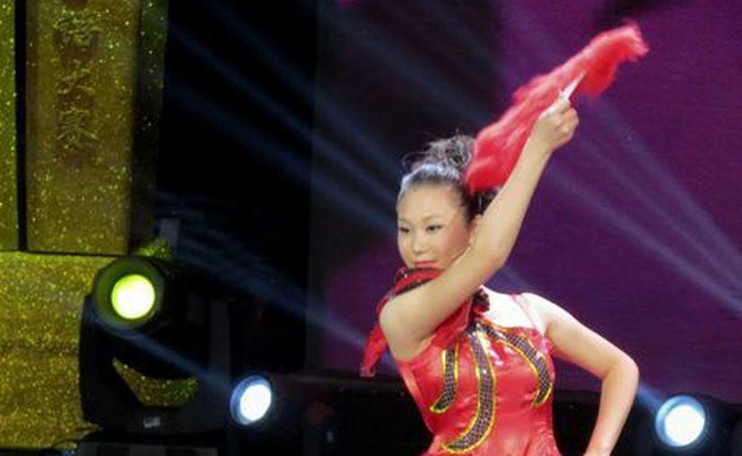 Jia Shihui, una de las participantes, baila un pasodoble en el primer Gran Concurso de Español de CCTV. (EFE)