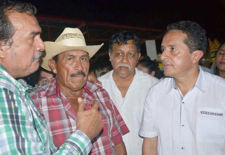 Carlos Joaquín González muestra su interés y apoyo hacia los lideres campesinos.(Juan Rodríguez/SIPSE)