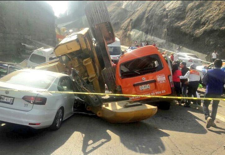 """La maquinaria pesada conocida como """"mano de chango"""" provocó a tragedia en el municipio de Huixquilucan. (Foto: Televisa)"""
