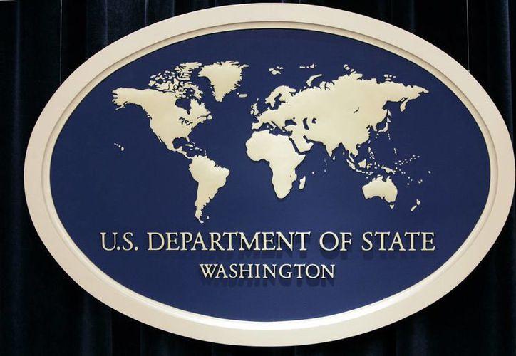 Foto de archivo del escudo del Departamento de Estado usado para conferencias de prensa en esta dependencia, en Washington, el 10 de agosto de 2006. (AP/Charles Dharapak, Archivo)