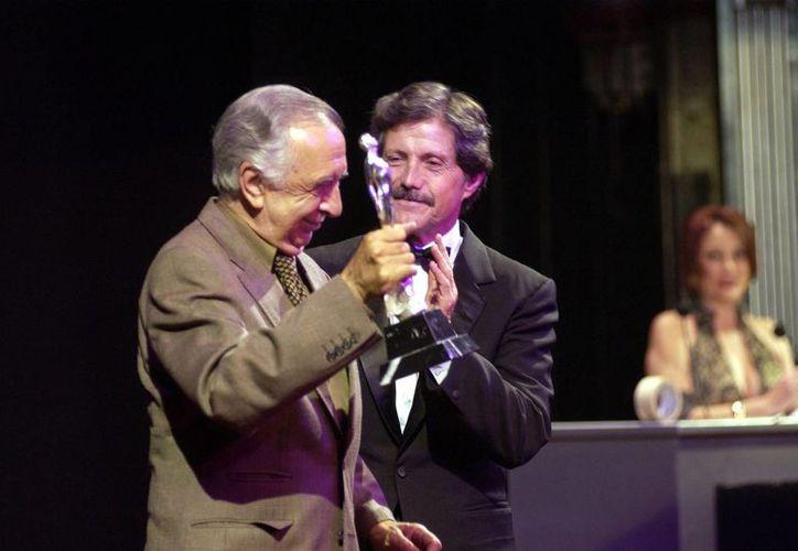 Vicente Leñero ganó su primer Ariel al Mejor Guión por su trabajo en 'Mariana, Mariana'. Aquí aparece junto al actor Héctor Bonilla. (Notimex)