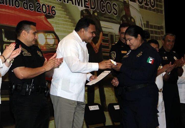 Varios socorristas y paramédicos de la SSP recibieron reconocimientos por sus años de trabajo en la corporación. (Jorge Acosta/SIPSE)