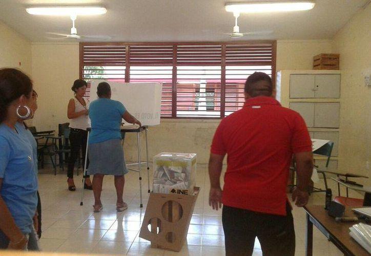En la escuela primaria Simón Bolívar se instalaron 4 casillas. (Pedro Olive/SIPSE)