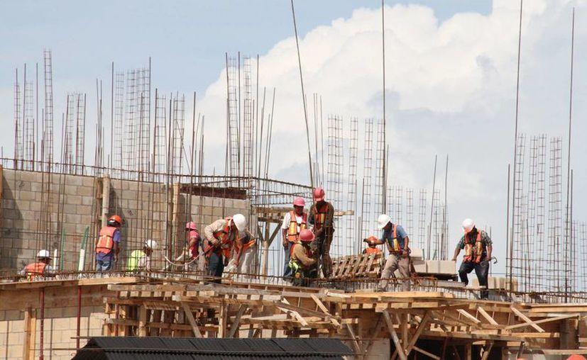 La construcción del hotel ofrece empleo a 800 personas de manera directa. (Miguel Ángel Ortiz/SIPSE)