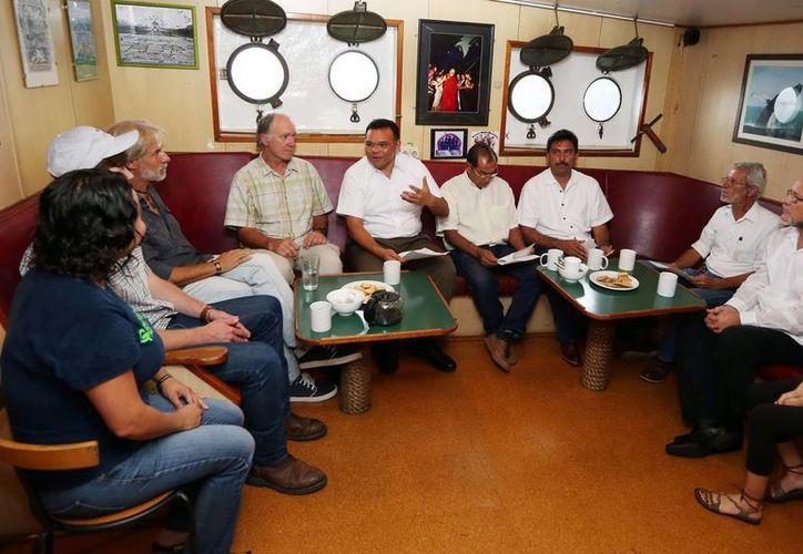 El gobernador de Yucatán, Rolando Zapata, se reunió con integrantes de Greenpeace en la sala 'Lounge' del buque Esperanza atracado en Progreso. (Milenio Novedades)