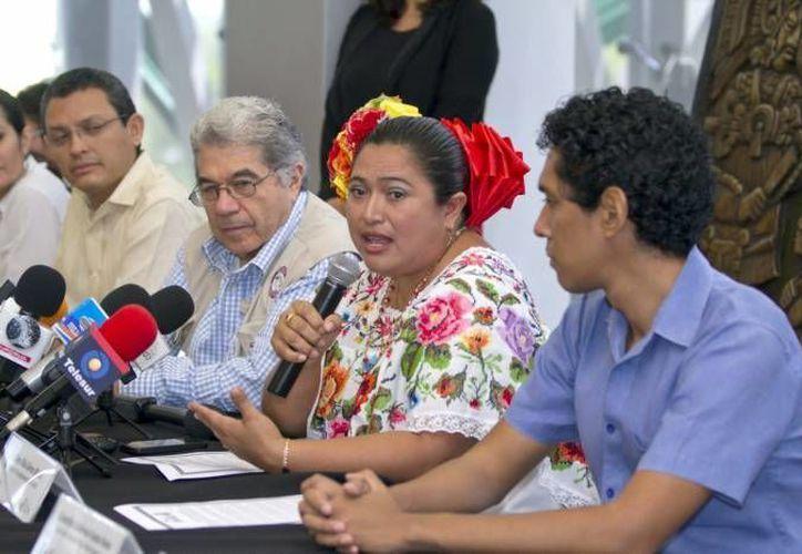 Genny Otilia Blanco (con el micrófono), exalcaldesa de Sotuta, es uno de los siete expresidentes municipales denunciados hasta  ahora por desvío de recursos por la Auditoría Superior. (Milenio Novedades)