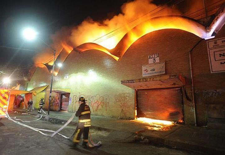 El incendio en el Mercado de la Merced fue controlado poco después de la media noche del domingo. (Excélsior/Archivo)