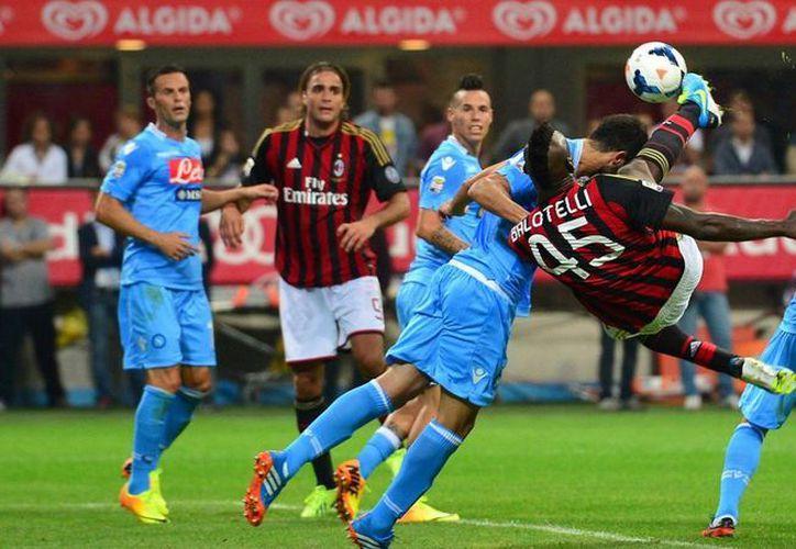 En el futbol de Italia se premiará a los jugadores que realicen 'fair play'. En la foto, un encuentro entre Milan AC y Nápoles. (espncdn.com)