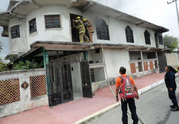Los bomberos entraron por una de las ventanas de la casa. (Redacción/SIPSE)